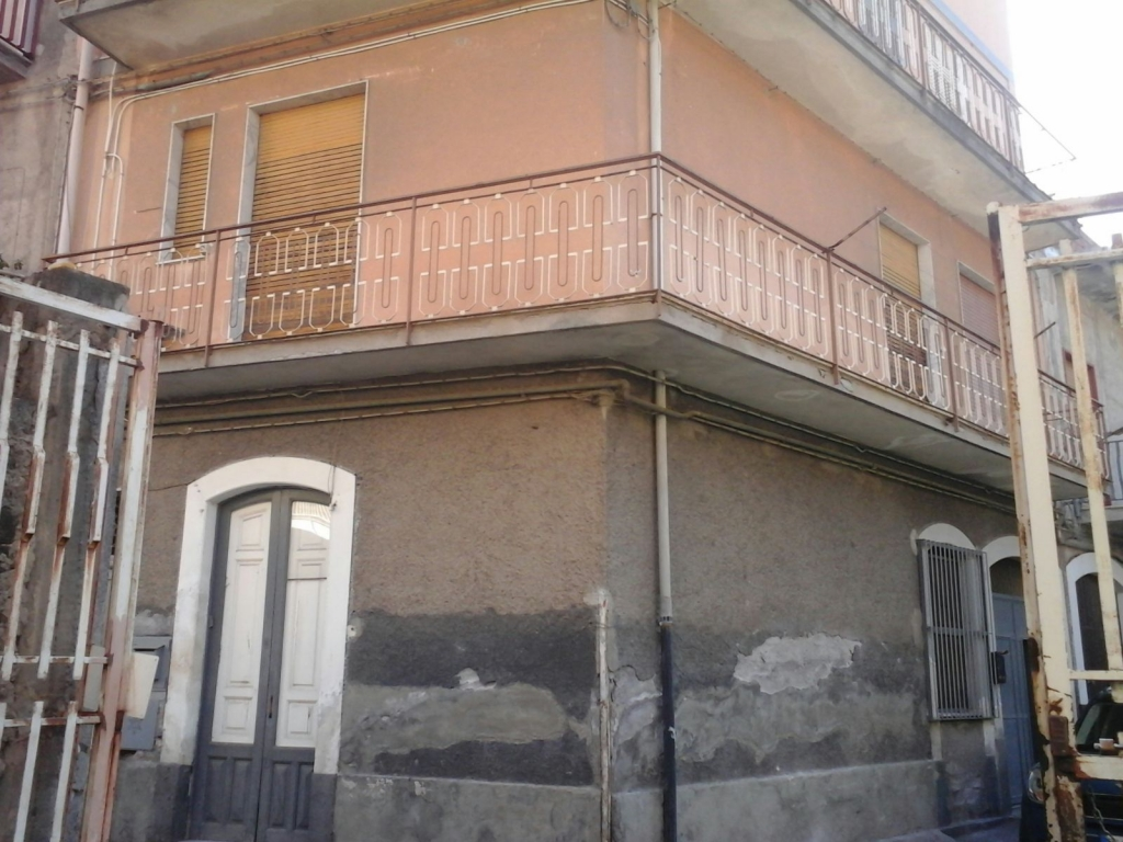 Casa indipendente su due piani house immobiliare ragalna for Piani di hot house